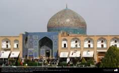 Architecture islamique, une vue de la coupole et de motif de carrelage de la mosquée historique Cheikh Lotfollah à Esphahan en Iran - 4