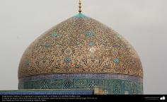 معماری اسلامی - نمایی ازگنبد و کاشی کاری تاریخی مسجد شیخ لطف الله اصفهان، ایران - 11