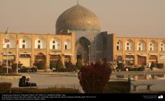 Architecture islamique une vue de la coupole et de motif de carrelage historique de la mosquée Lotfollah dans la ville d'Esphahan en Iran- 3