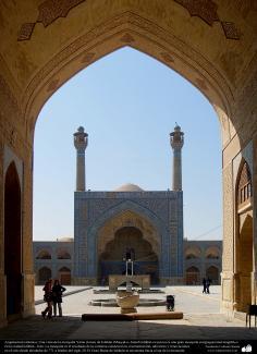Architecture islamique, une vue du minaret et de surface carrelé de la grande mosquée d'Isphahan, reconstruite en 771- 49