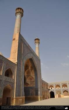 Architettura islamica-Vista di minareti e Kashi-Kari(Rivestimento di piastrelle) storico di moschea Jamè di Isfahan(Iran)-Costruita e restaurata in 771-48