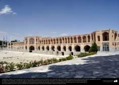 Architecture islamique - une vue du pont d'Isphahan (Trente-trois ponts) au dessus de la rivière Zayandeh, construit en 1650.- 10