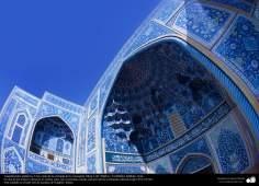 معماری اسلامی - نمایی از کاشی کاری تاریخی مسجد شیخ لطف الله اصفهان، ایران - 63