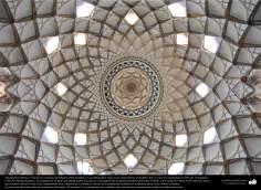 Arquitectura islámica- Vista de un cielorraso de Khane-ye Boruyerdiha o Casa Borujerdis que es una casa histórica en Kashan - 230