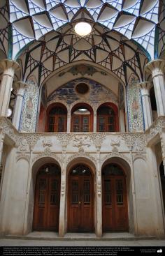 Arquitectura islámica- Vista de un cielorraso de Khane-ye Boruyerdiha o Casa Borujerdis que es una casa histórica en Kashan-Irán - 205