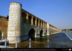 Architecture islamique - une vue pont historique (Siyoseh-pol) dans la ville d'Isphahan en Iran, au-dessus de la rivière Zayandeh - 5