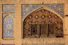 اسلامی تعمیر - پرانے عمارت کی دیوار پر کاشی کاری کی سجاوٹ ، ایران