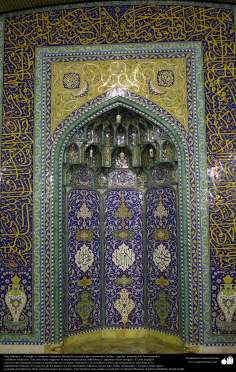 Architecture islamique - Une vue d'autel de mosquée avec motif de carrelage et des ecritures calligraphiques sur le mur  au sein de la mosquée de Jamkaran - 98