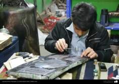 اسلامی ہنر - ایرانی فنکار فن قلم زنی  میں مصروف (دھات پر حکاکی اور ابھرے نقوش) - ۸