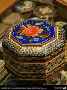 الفن الإسلامي - الحرف - العمل الترصیع  - صندوق مزينة  مع رسم و معرق - 51