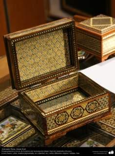 Artesanato Persa - Detalhes do interior de uma caixinha ornamentada - Khatam Kari - Isfaran, Irã