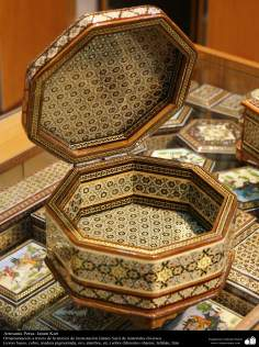 اسلامی ہنر - فن خاتم کاری سے ہاتھ سے سجایا ہوا باکس (ایک قسم کا مرصع جڑنا) ، ایران - ۸۳