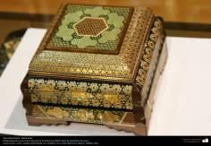اسلامی ہنر - خاتم کاری کے فن سے ہاتھ سے سجایا ہوا باکس شہر اصفہان سے تعلق، ایران - ۱۶