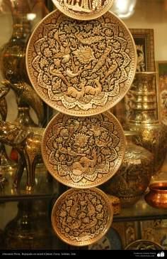 イスラム美術(手工芸品 、 金属に彫金(Qalam Zani)をする業, パターン化・装飾されている金属製のお皿) - 32