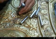 Artesanato Persa - No momento da criação, metal em relevo (Qalam Zani)