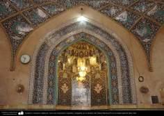 Azulejos y mosaicos islámicos- Arco con ornamentos vegetales y caligrafía, en el santuario de Fátima Masuma (P) en la ciudad santa de Qom