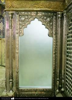 Bordes plateados de la tumba de Fátima Masuma en la ciudad santa de Qom, Irán.