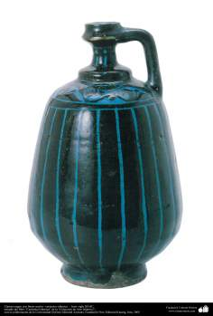 Art islamique - la poterie et la céramique islamiques-Pot noir avec des lignes bleues-Iran - XIIe siècle.