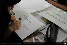 Persische Islamische Kalligraphie  - Naskh Stil: Muslimische Frau während dem schreiben einiger Zeilen des heiligen Koran`s - Islamische Kunst