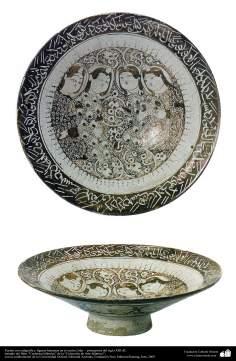 Cerâmica islâmica -  Fonte com caligrafia e figuras humanas no centro; Irã –  principio do século XIII d.C. (49)