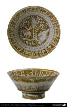 Cerámica Islámica, Fuente con caligrafía y escenas de animales; Irán, kashan –  principios del siglo XIII dC. (55)