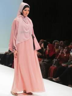 Мусульманская женщина - Шоу - рум исламской одежды в Индонезии