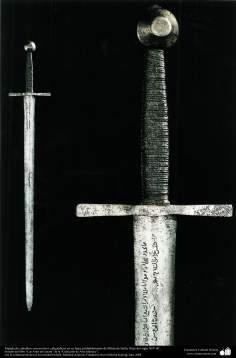 Espada de caballero con motivos caligráficos en su hoja, probablemente de Milán de Italia, fines del siglo XIV dC.