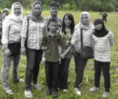 انڈونیشیا کی مسلمان خواتین اپنے اسلامی حجاب میں فیملی کے ساتھ