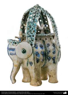 Farol de aceite con forma de elefante –  cerámica de Siria, siglo XII dC.