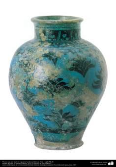 Florero azul con motivos vegetales; Cerámica islámica, Siria, –  siglo XII dC. (90)