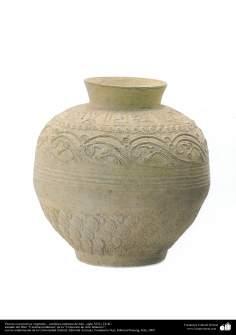 Florero con motivos vegetales – cerámica islámica de Irán –siglo VIII y IX dC.