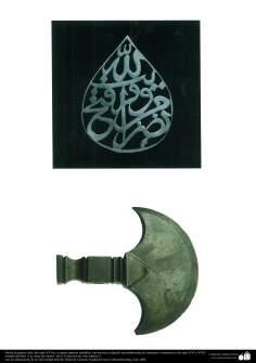 Hacha de guerra (Irán, del siglo XVII) y medallón con hermosa caligrafía (probablemente de otomanos)