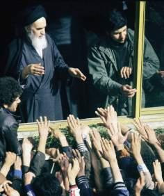 Imam Khomeini, ovacionado pela multidão