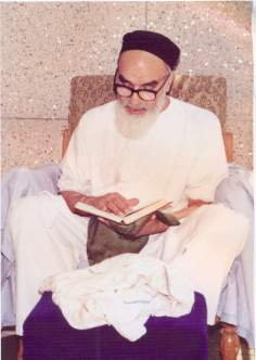 Imam Khomeini lendo o Sagrado Alcorão