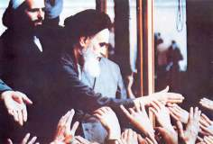 Imam Khomeini ovacionado pela multidão