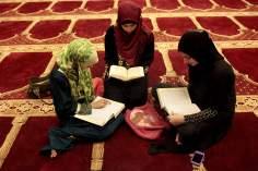 Хиджаб мусульманских женщин - Мусульманские арабские женщины во время чтения Корана