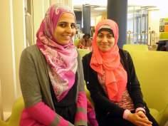 Femme musulmane - le voile islamique dans des couleurs vives et belle