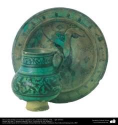 Jarra y plato hondo con motivos vegetales y ave; cerámica islámica, Siria –  siglo XIII dC. (76)