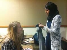 Joven musulmana enseñando como se usa el hijab