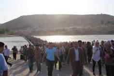 Los refuRéfugiés syriens dans de longues files pour entrer en Irak