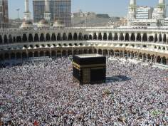 A Caaba no interior da Mesquita Al Haram, redoada de peregrinos, Meca
