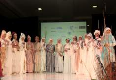 Mujer musulmana de Indonesia- desfile de moda (Miss World Muslimah 2013)