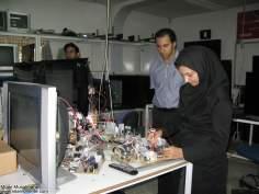 Mujer en la industria electrónica-muslim woman