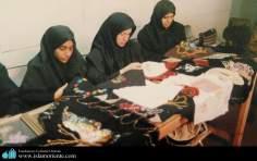 Activité artisanale des femmes - Tissage de dentelles perlées de l'artisanat iranien de la femme en Islam