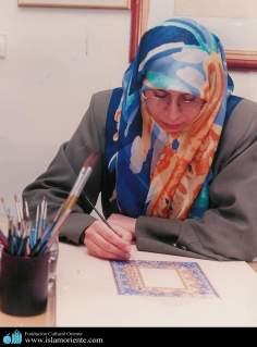 Mulher muçulmana - Artista fazendo um Tazhib, arte de ornamentação através da miniatura ou pintura