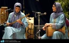 Músicas muçulmanas se apresentão com instrumentos tipicos do Irã