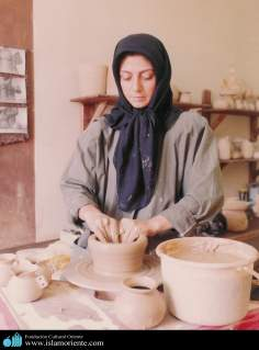 Mulher muçulmana preparando um vaso