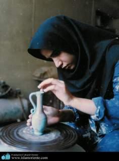 Activités artisanales de la femme musulmane - Artisanat de céramique par une femme musulmane en Iran - 342