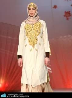 مسلمان خاتون اپنے حجاب کے ساتھ اسلامی فیشن شو میں - ۳۰