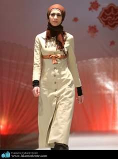 مسلمان خاتون اپنے حجاب کے ساتھ اسلامی فیشن شو میں - ۲۷
